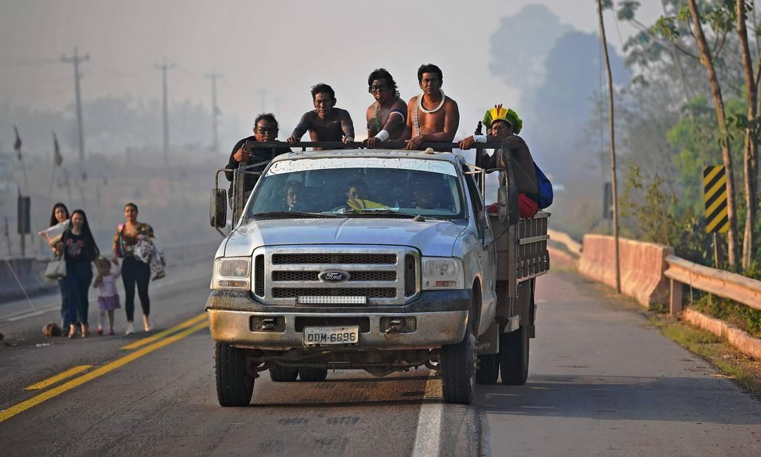 Membros da tribo Kayapó são transportados por caminhão, em bloqueio na BR-163, que começou na manhã de segunda-feira (17). Em 2019, o fluxo diário na chamada Ferrogrão foi de 2,5 mil carretas/dia e a expectativa é de aumento de 30% este ano Foto: CARL DE SOUZA / AFP