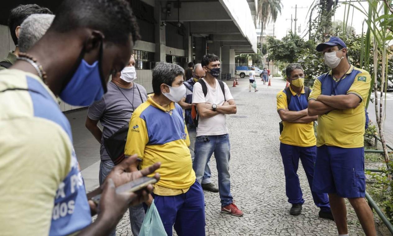Funcionários dos Correios em frente ao prédio da empresa na Avenida Presidente Vargas, no centro do Rio. Trabalhadores dos Correios entraram em greve em todo o país na noite de segunda-feira Foto: Gabriel de Paiva / Agência O Globo