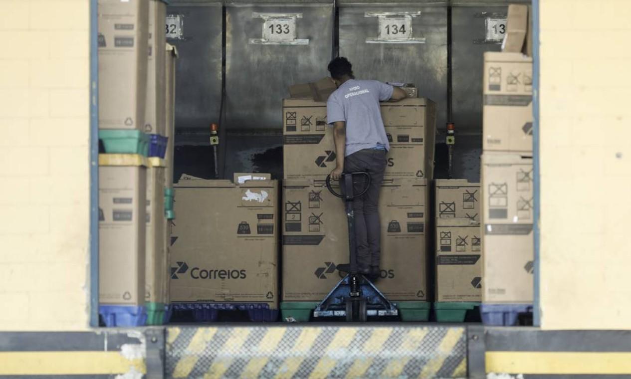 Por causa da greve, empresas que vendem com entrega pelos Correios devem encontrar outra forma para que os produtos sejam entregues no prazo contratado Foto: Gabriel de Paiva / Agência O Globo