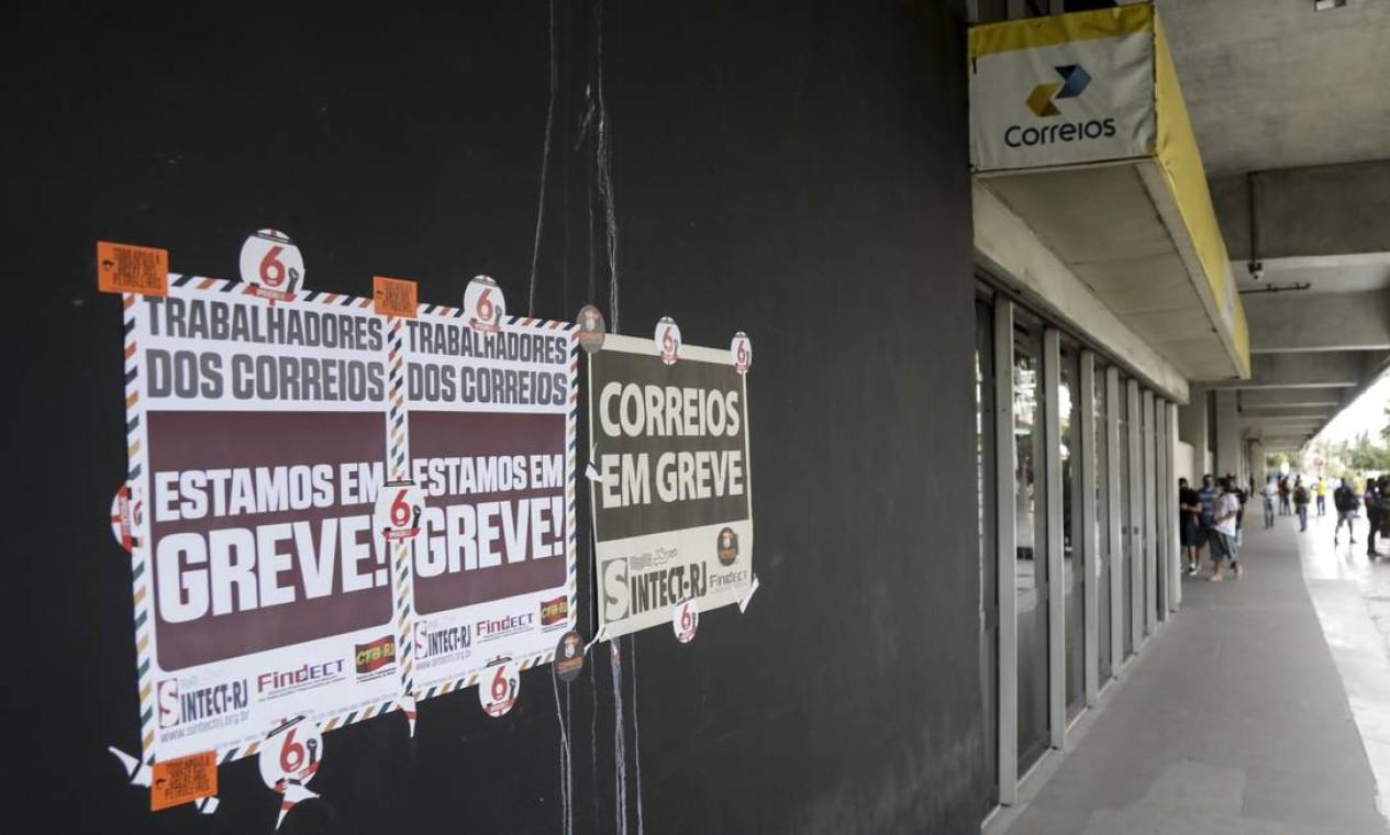 Segundo a Federação Nacional dos Trabalhadores em Empresas dos Correios e Similares (Fentec), a possível privatização dos Correios é um dos principais motivos da paralisação Foto: Gabriel de Paiva / Agência O Globo