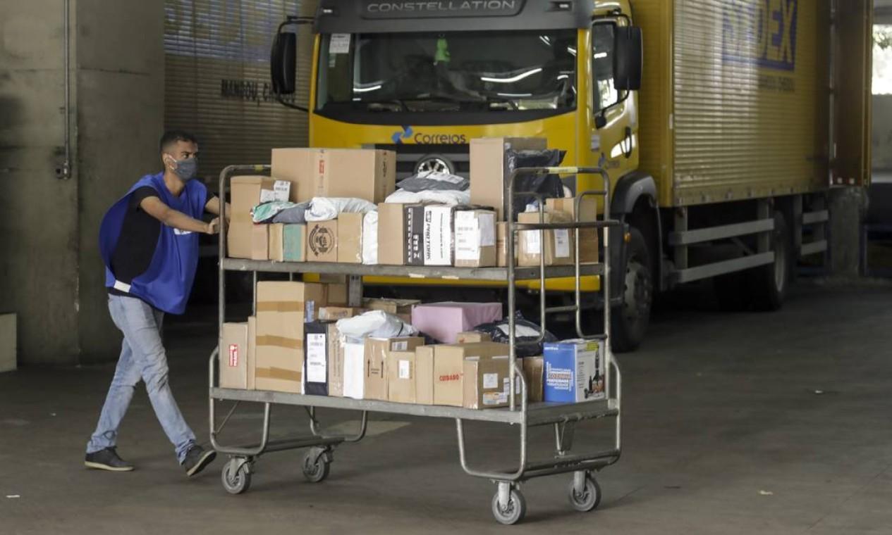 Paralisação pode afetar a entrega de correspondências, encomendas e faturas Foto: Gabriel de Paiva / Agência O Globo
