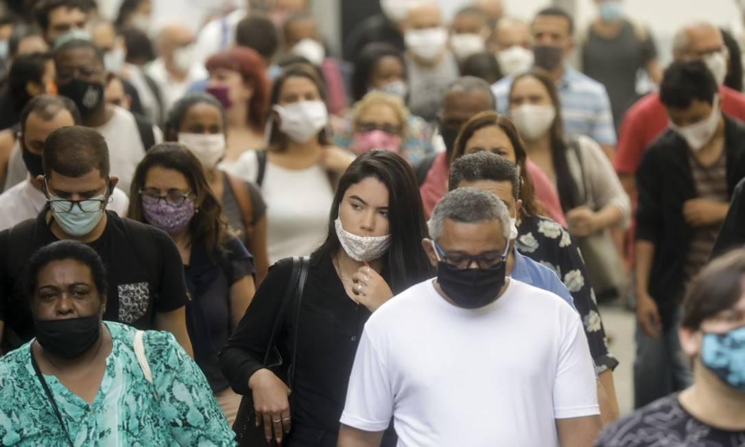 Estudo indica que algumas pessoas sem sinais da doença têm uma carga viral, isto é, uma concentração de vírus, muito grande Foto: Gabriel de Paiva / Agência O Globo