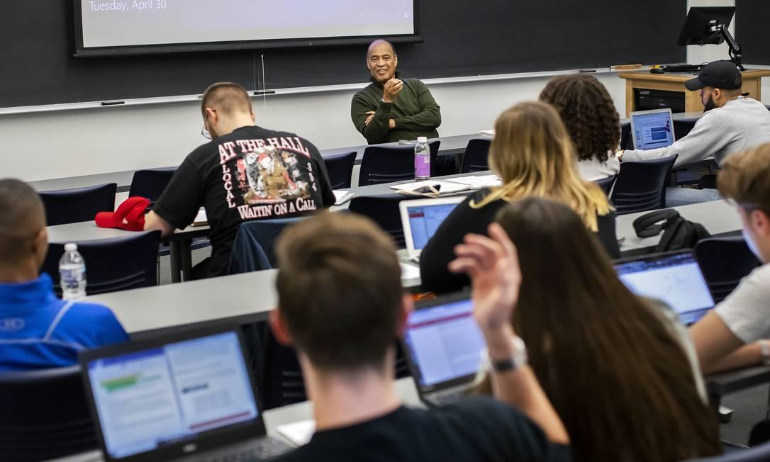 Foto da Universidade da Pensilvânia mostra Adolph Reed dando aula em abril de 2019 Foto: ERIC SUCAR/UNIVERSITY OF PENNSYLVANIA / NYT