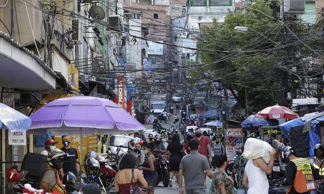 Comunidade da Rocinha, no Rio: programa que vai substituir Bolsa Família pode começar em janeiro. Foto: Domingos Peixoto / Agência O Globo