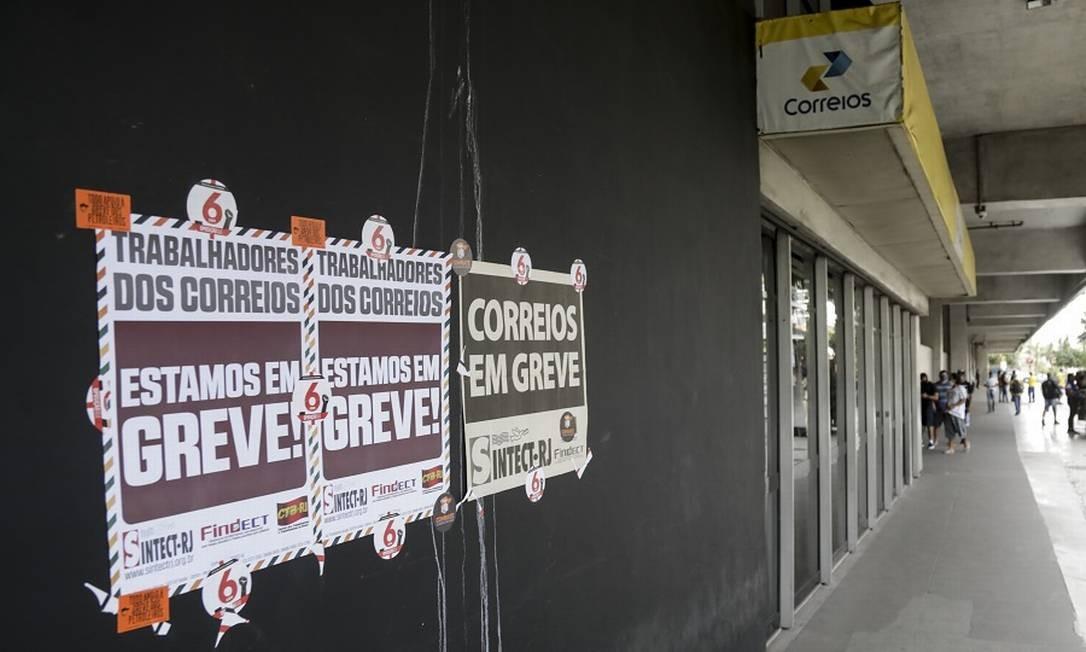 Greve dos Correios: adesão de 70% dos funcionários, segundo sindicato. Foto: Gabriel de Paiva / Agência O Globo
