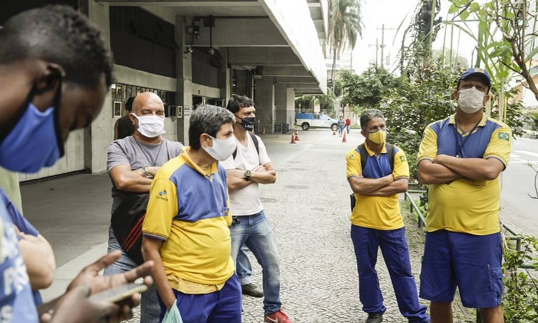 Trabalhadores em greve na Central dos Correios, na avenida Presidente Vargas, no Rio. Foto: Gabriel de Paiva / Agência O Globo