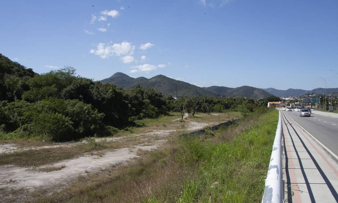 Cafubá. O terreno fica ao lado do túnel que liga o bairro a Charitas: área foi usada como canteiro de obras Foto: / Roberto Moreyra