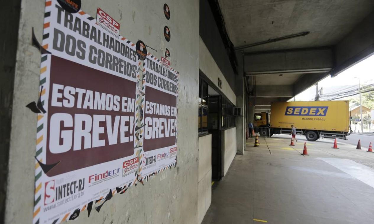 Central dos Correios na Av. Presidente Vargas, no Rio, no segundo dia da greve nacional dos funcionários. Segundo a estatal, 83% dos empregados trabalham normalmente, apesar da greve Foto: Domingos Peixoto / Domingos Peixoto