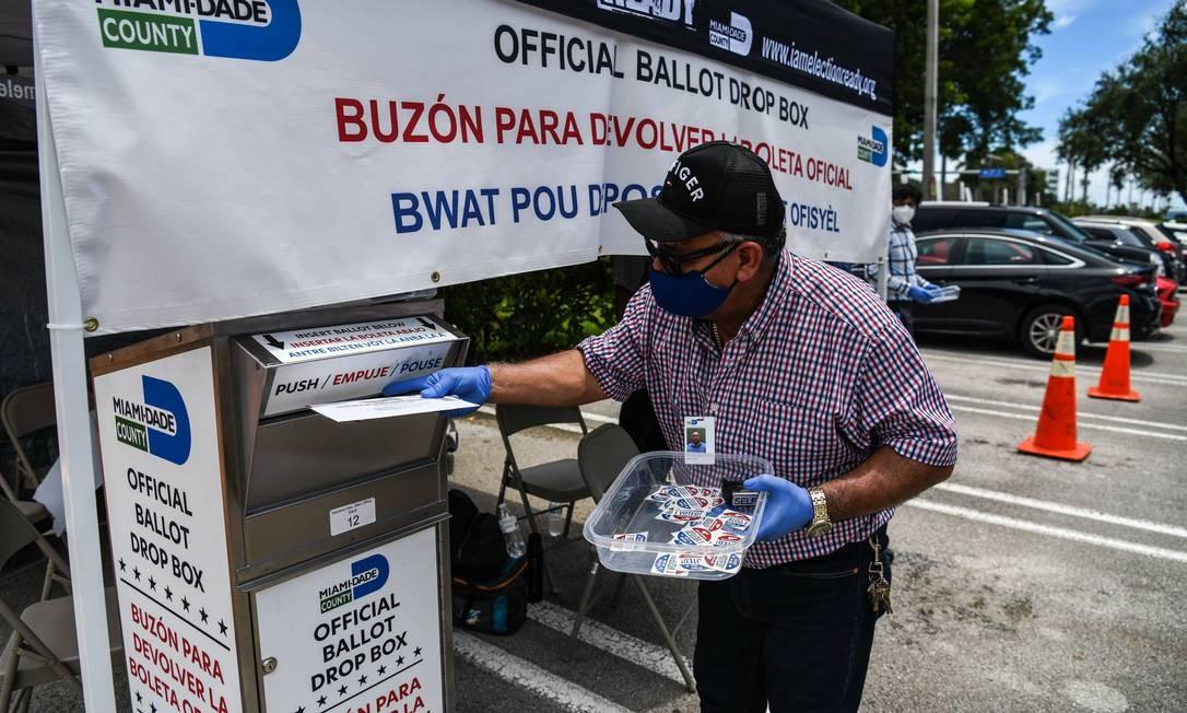 Eleitor deposita voto postal em primárias na Flórida; a maioria dos estados americanos já permitia esse tipo de voto, mas ele será mais usado neste ano Foto: CHANDAN KHANNA / AFP