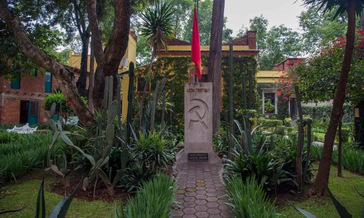 Vista do túmulo de Trotsky e de sua esposa no jardim de sua Casa Museu, no bairro Coyoacán, na Cidade do México Foto: CLAUDIO CRUZ / AFP