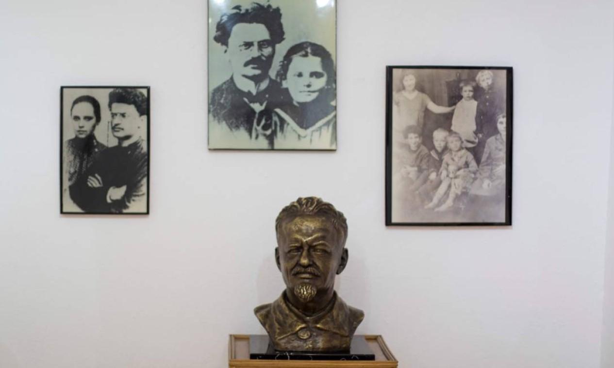 Vista de fotos e um busto de Trotsky no Museu da Casa do fundador do Exército Vermelho, que inspirou vários seguidores durante décadas Foto: CLAUDIO CRUZ / AFP