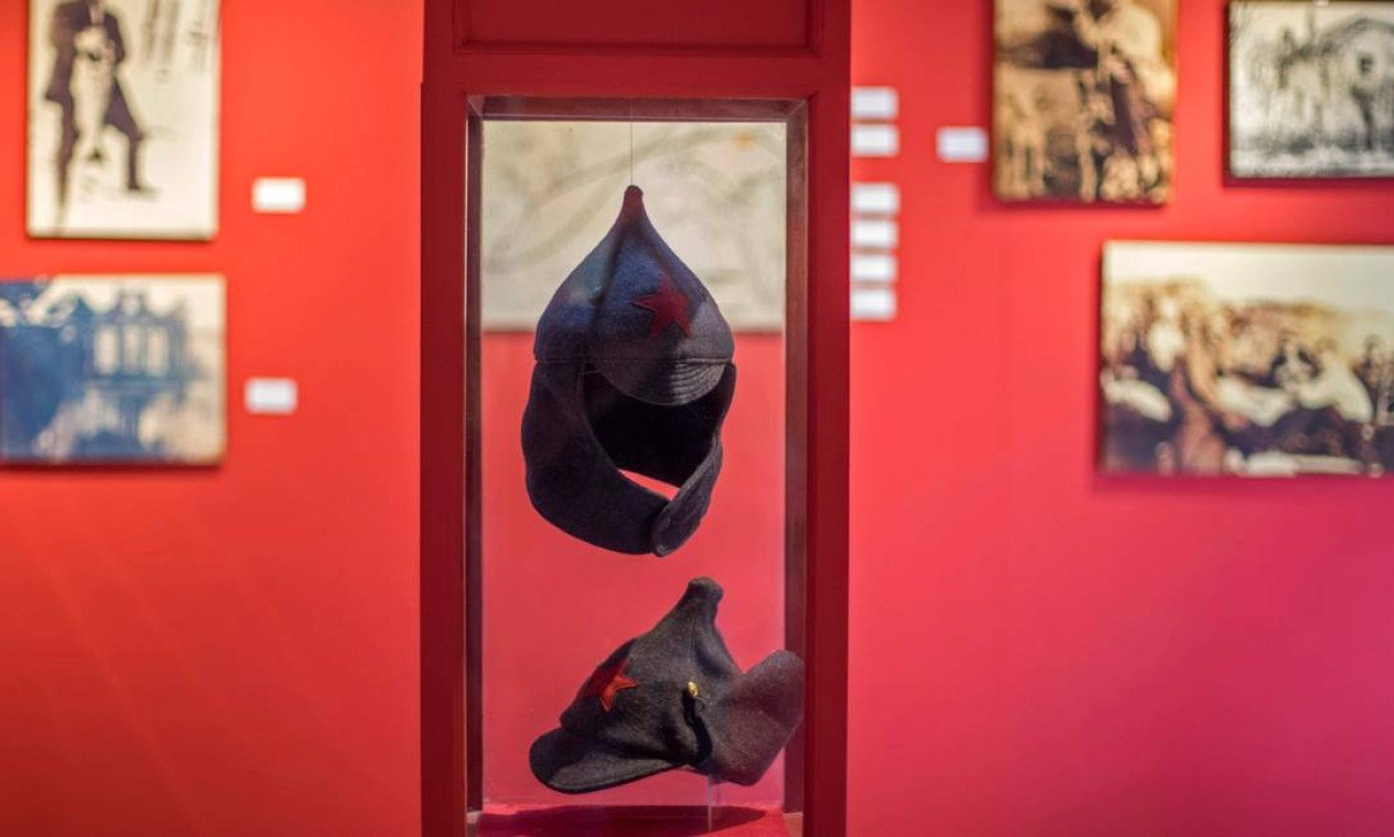 Chapéus budiónovka, parte do uniforme militar comunista usado durante a Guerra Civil Russa (1917-1922), na Casa Museu do revolucionário russo Leon Trotsky, um dos líderes da Revolução Russa Foto: CLAUDIO CRUZ / AFP