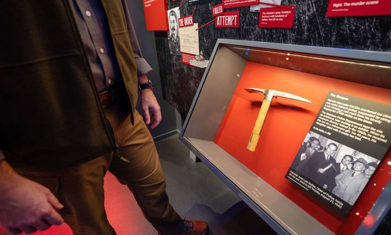 Picareta usada para matar Leon Trotsky em exibição no Museu Internacional da Espionagem, em Washington, nos Estados Unidos Foto: TAYLOR MICKAL / AFP