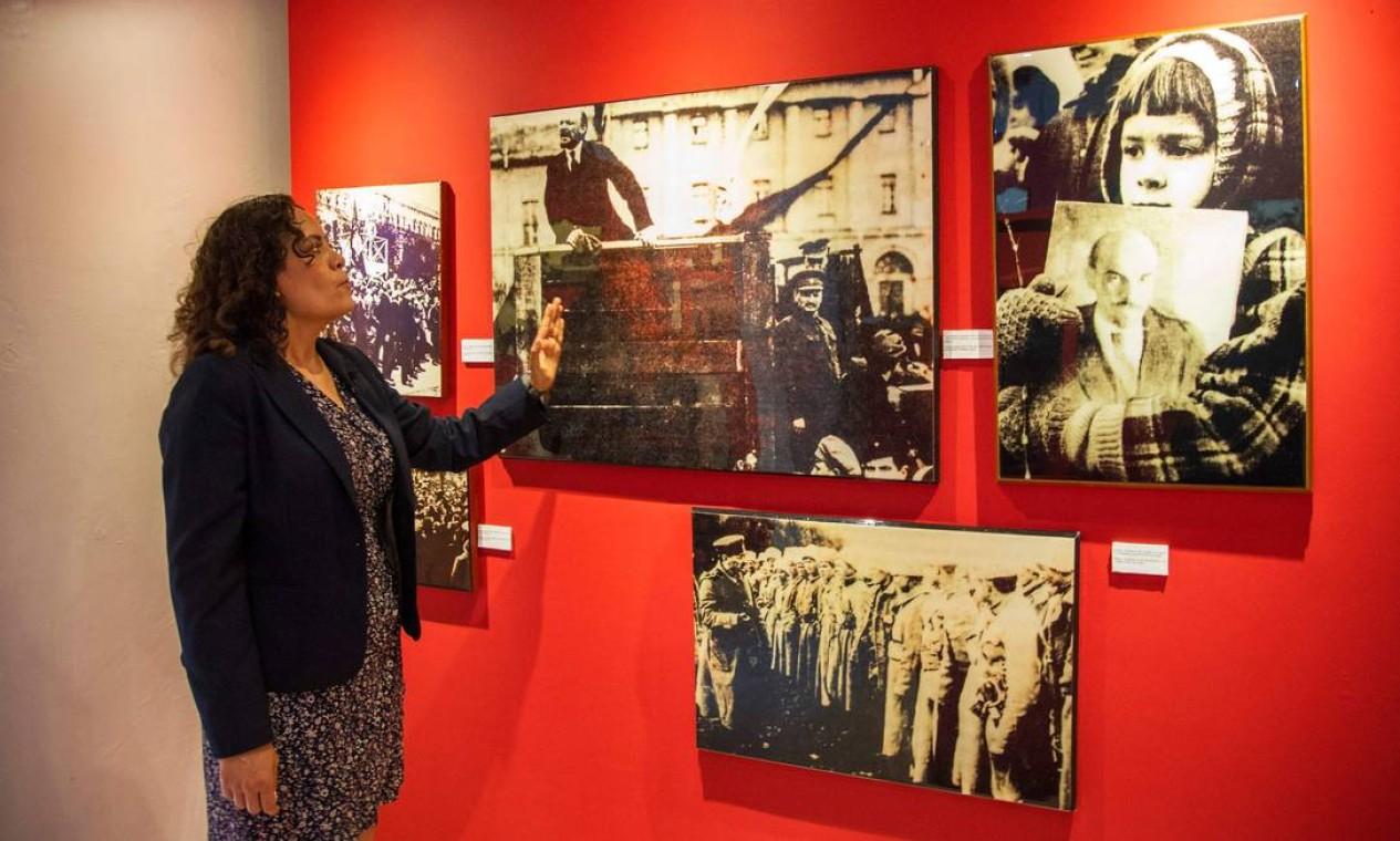 Gabriela Perez Noriega, diretora jurídica e executiva da Casa Museu, mostra fotografias que integram o acervo sobre o revolucionário Foto: CLAUDIO CRUZ / AFP