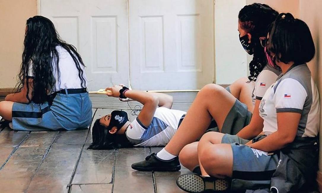 Alunas em escola de Manaus, que retomou as aulas presenciais; estudo de Harvard divulgado hoje mostra que crianças podem ter carga viral mais alta do que a de adultos em UTI com Covid Foto: Sandro Pereira/Fotoarena/Agência O Globo