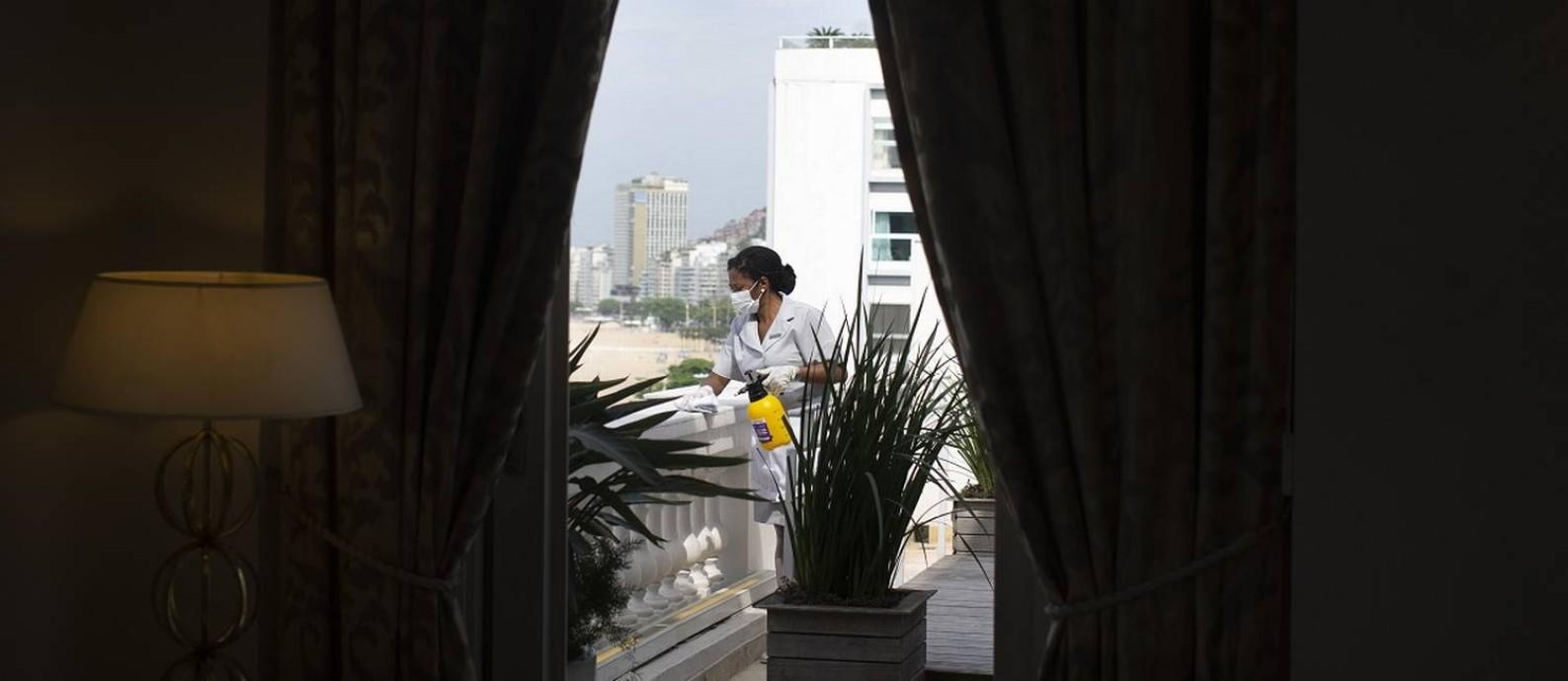 A camareira Josemélia Pereira da Silva Tavares arruma um quarto do sexto andar do Copacabana Palace Foto: Marcia Foletto / Agência O Globo