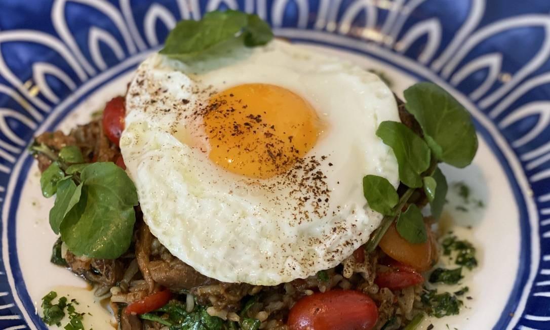 Oia: arroz de costela desfiada com agrião, temperos mediterrâneos e ovo caipira Foto: Divulgação/Eduarda Peralva Dupin