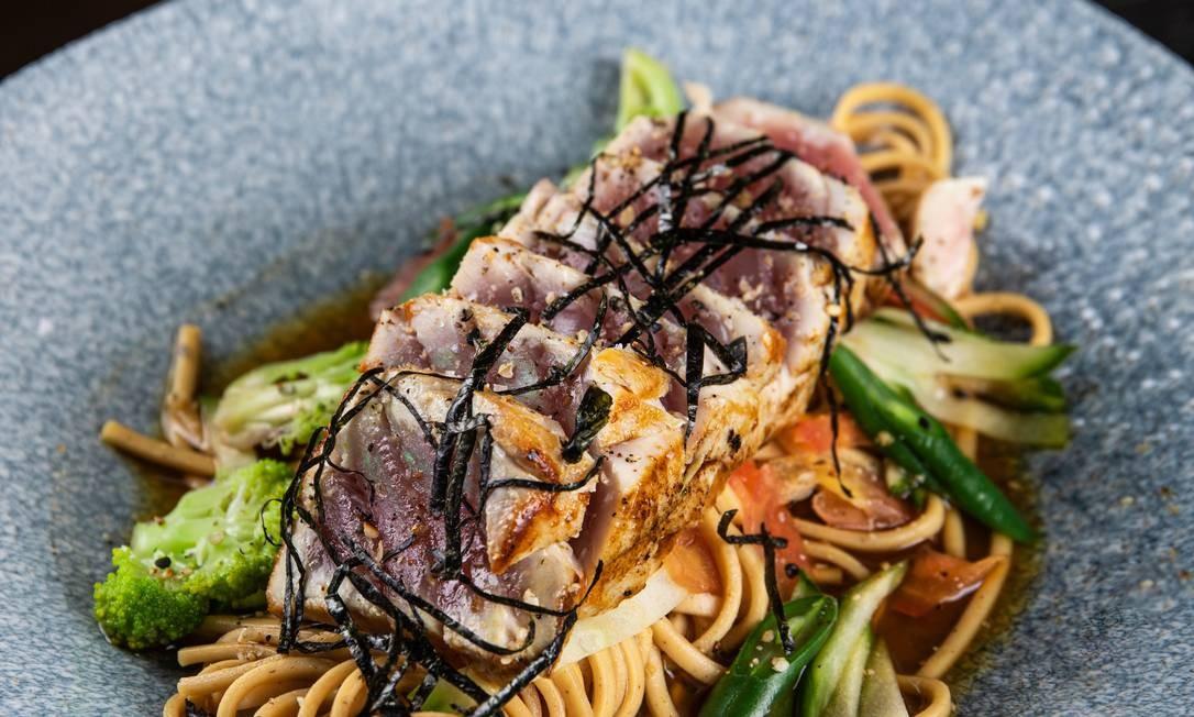 Naga, o japonês aposta no atum mi cuit com sobá e dashi cítrico (atum selado com macarrão sarraceno) Foto: Divulgação/Tomas Rangel