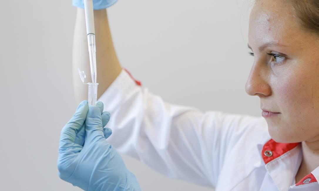 Cientista do Instituto Gamaleia, em Moscou, na Rússia, trabalha no desenvolvimento da vacina candidata contra a Covid-19 Sputnik V Foto: THE RUSSIAN DIRECT INVESTMENT FU / via REUTERS