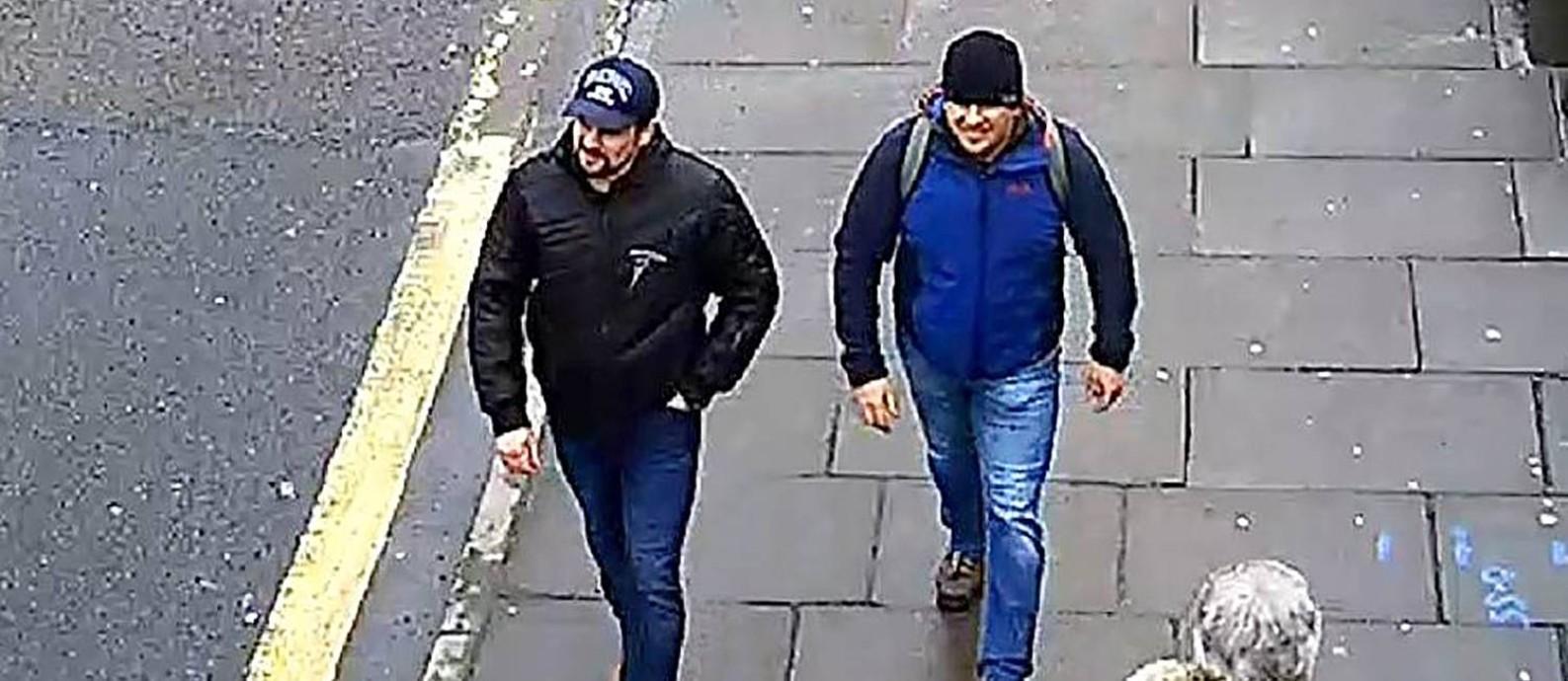 Imagem de câmera de segurança mostra dois homens suspeitos de terem envenenado o ex-espião russo Sergei Skripal e sua filha, Yulia, no Reino Unido, em 2018 Foto: AFP