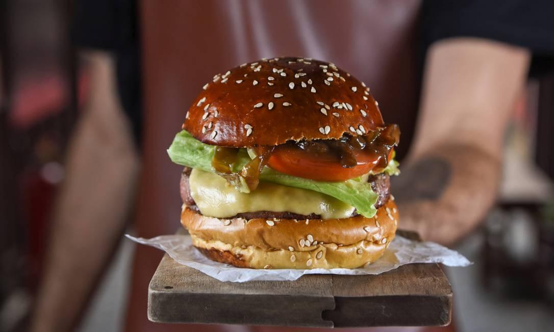 Cheese salada e cebola caramelizada: Encarnado Burger Foto: Divulgação/Bruno Peixoto