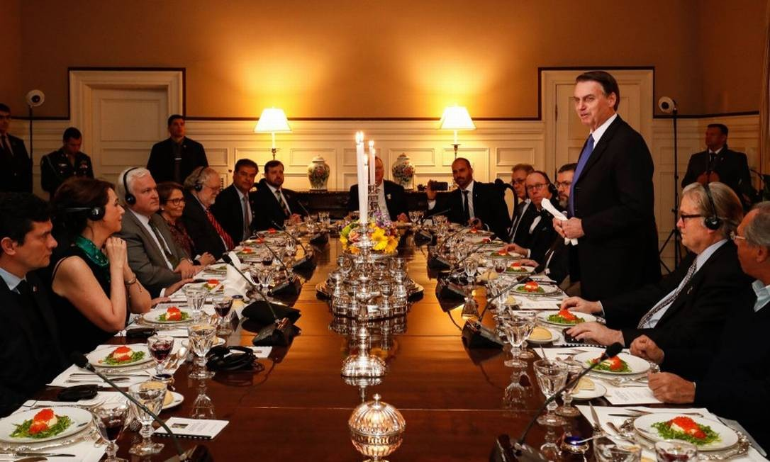 Em jantar na embaixada brasileira em Washington, Bannon pode ser visto ao lado esquerdo do presidente Jair Bolsonaro Foto: Alan Santos / AFP / 17-3-2019