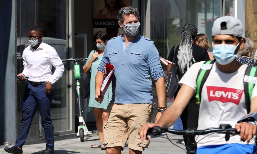 Cidadãos em Bruxelas, na Bélgica, utilizando máscaras de proteção Foto: FRANCOIS WALSCHAERTS / AFP