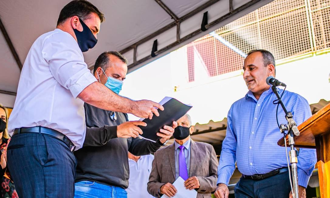 Waguinho (à direita) divide palanque com Flávio Bolsonaro (à esquerda, de máscara) durante evento em Belford Roxo Foto: Reprodução/Facebook