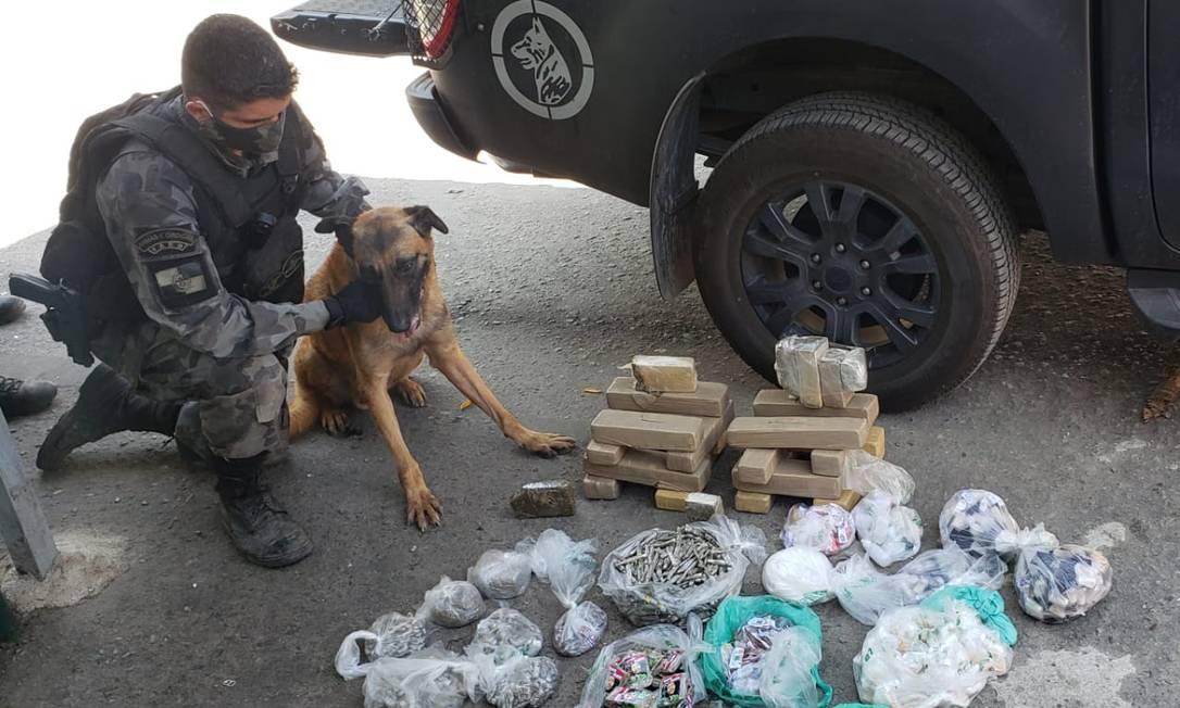 Houve apreensão de um fuzil calibre 7,62 mm, mais de 20 quilos de maconha e granadas Foto: Divulgação/Secretaria de Estado da Polícia Militar