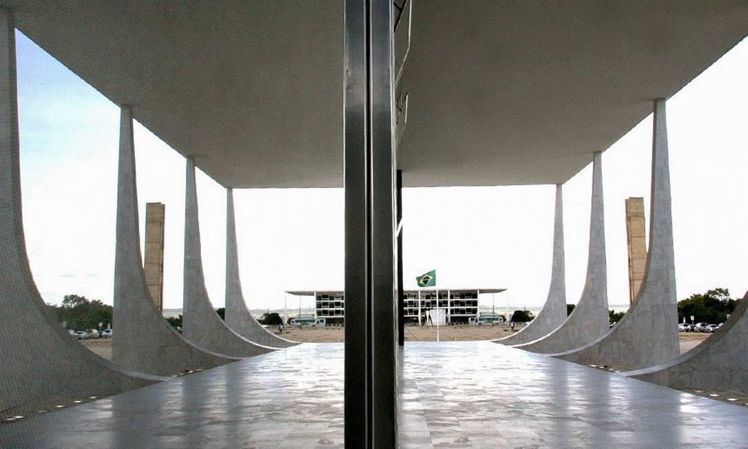 Sede do STF (ao fundo), vista a partir do Palácio do Planalto: Corte proibiu produção de dossiê contra servidores do governo Foto: Nelson Jr. / STF
