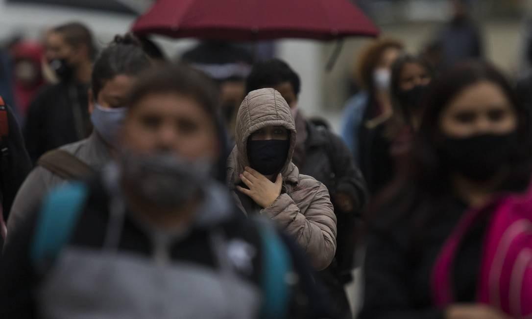 As temperaturas devem despencar até a linha abaixo de zero em algumas regiões do país. Na quinta-feira, paulistanos saíram de casa com casacos Foto: Edilson Dantas / Agência O Globo
