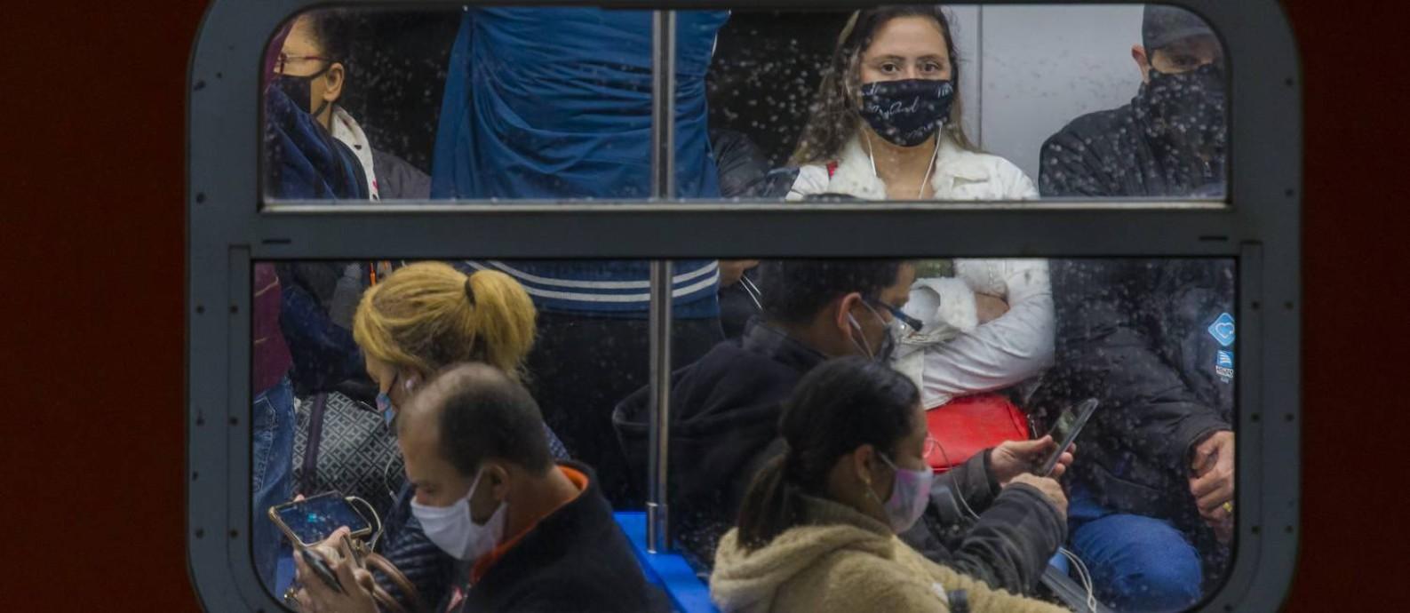 Cientistas dizem que Rio, Manaus e São Paulo têm indícios de que alcançaram limiar de casos, mas risco de Covid-19 permanece alto Foto: Edilson Dantas / Agência O Globo