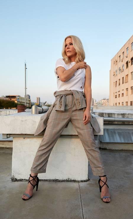 Paula usa blazer amarrado na cintura e calça, ambos A.Brand, pulseira HStern e sandálias Maria Filó Foto: Pedro Loreto
