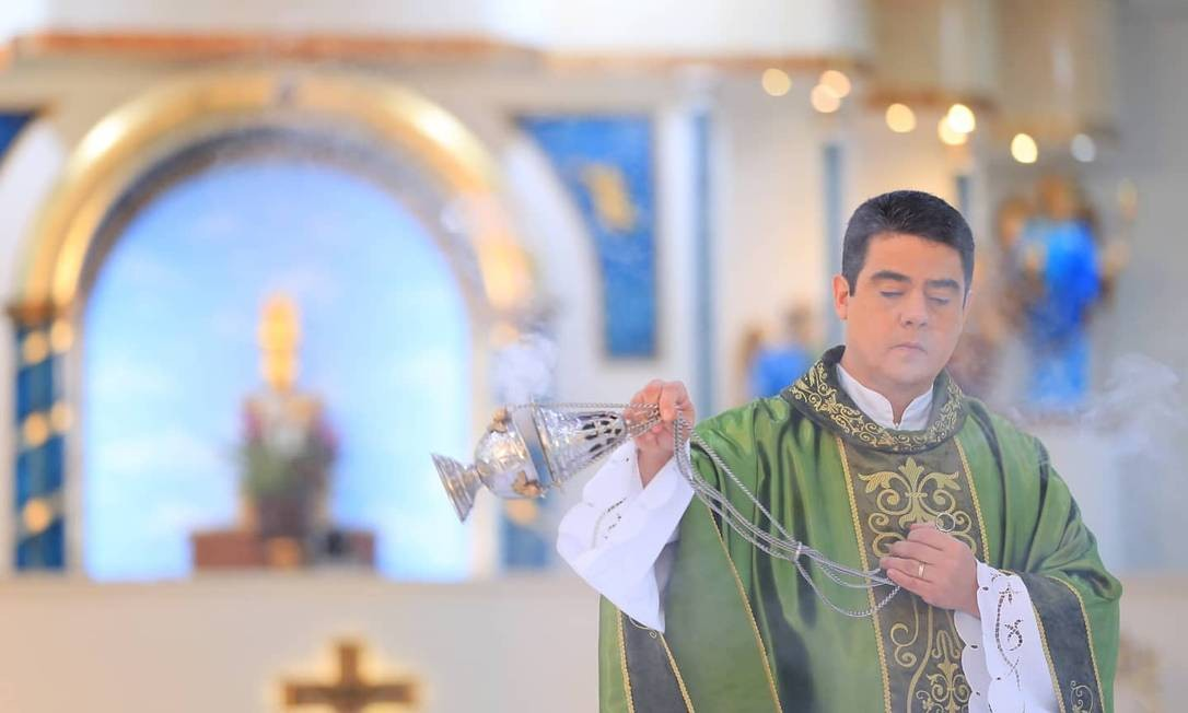 O padre Robson de Oliveira Pereira celebrando missa na Basílica do Divino Pai Eterno Foto: Reprodução