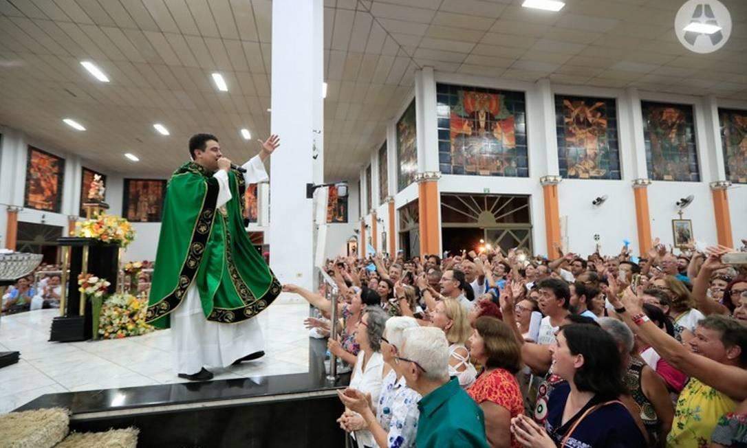 Padra Robson, durante a celebração de uma missa Foto: Reprodução