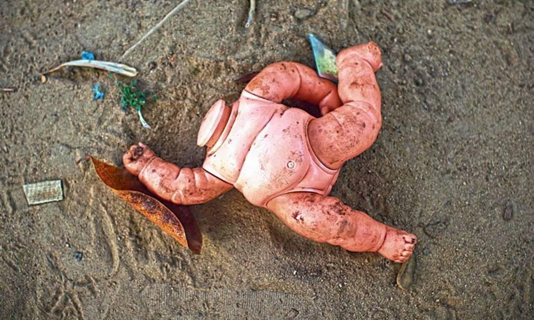 Boneca jogada no terreno da casa de vítima de estupro Foto: Marcia Foletto/19-8-2020