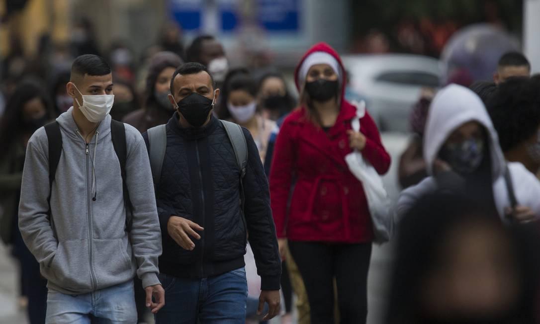 O uso da máscara é obrigatório para sair de casa. Foto: Edilson Dantas / Agência O Globo