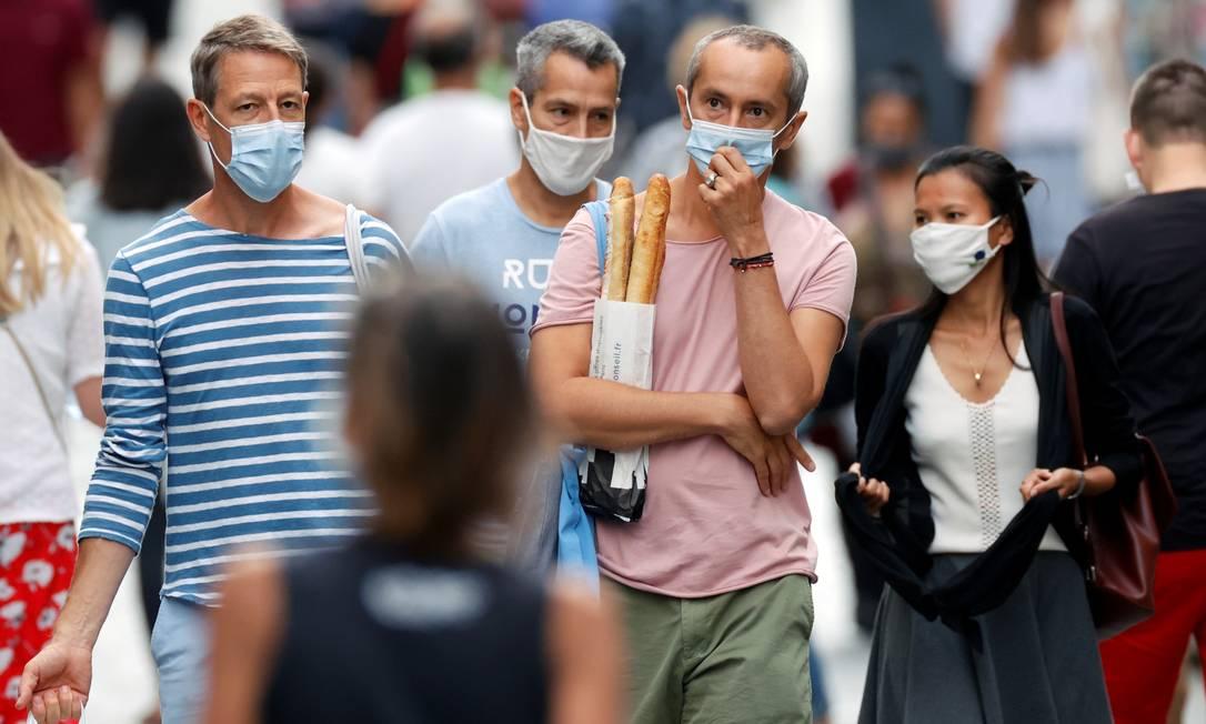 Em Paris, o uso de máscara e obrigatório em determinadas regiões Foto: CHRISTIAN HARTMANN / REUTERS
