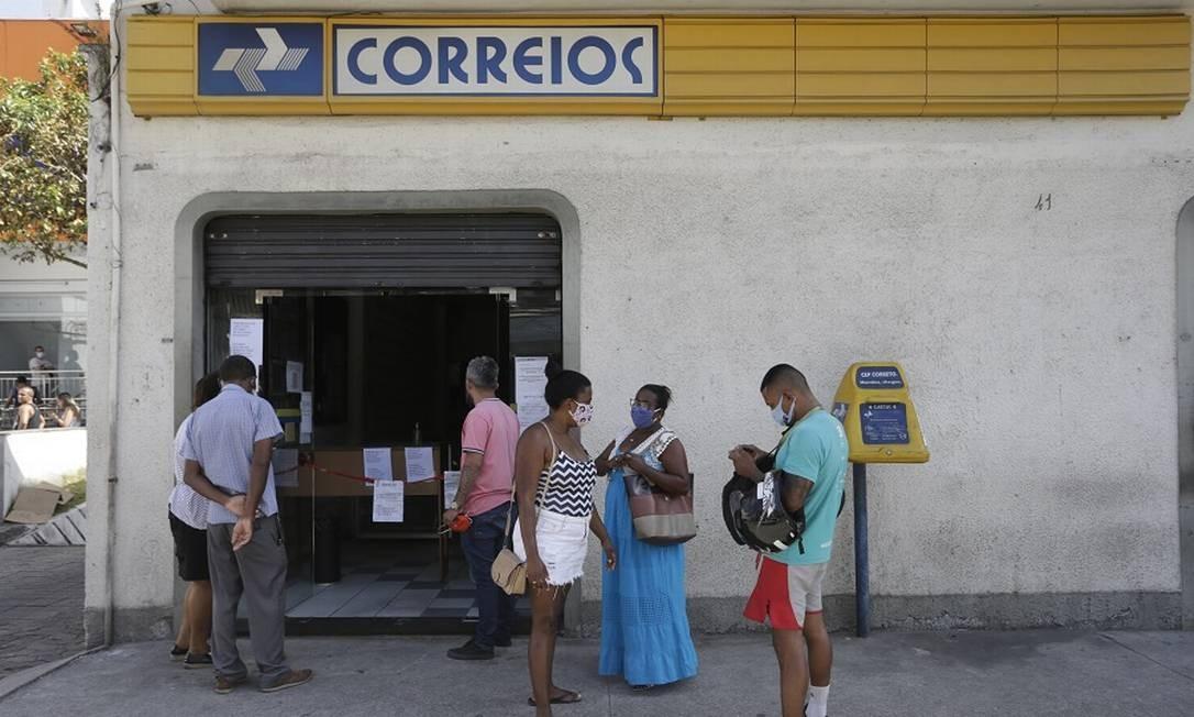 Agência dos Correios em Cascadura trabalhando com apenas 20% dos funcionários durante a greve. Foto: Domingos Peixoto / Domingos Peixoto