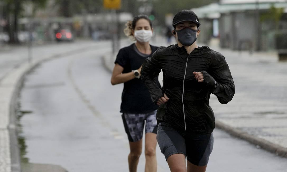 Frio e chuva não impediram que cariocas fossem à orla para se exercitar, o que está permitido: máscaras são obrigatórias Foto: Ana Branco / Agência O Globo