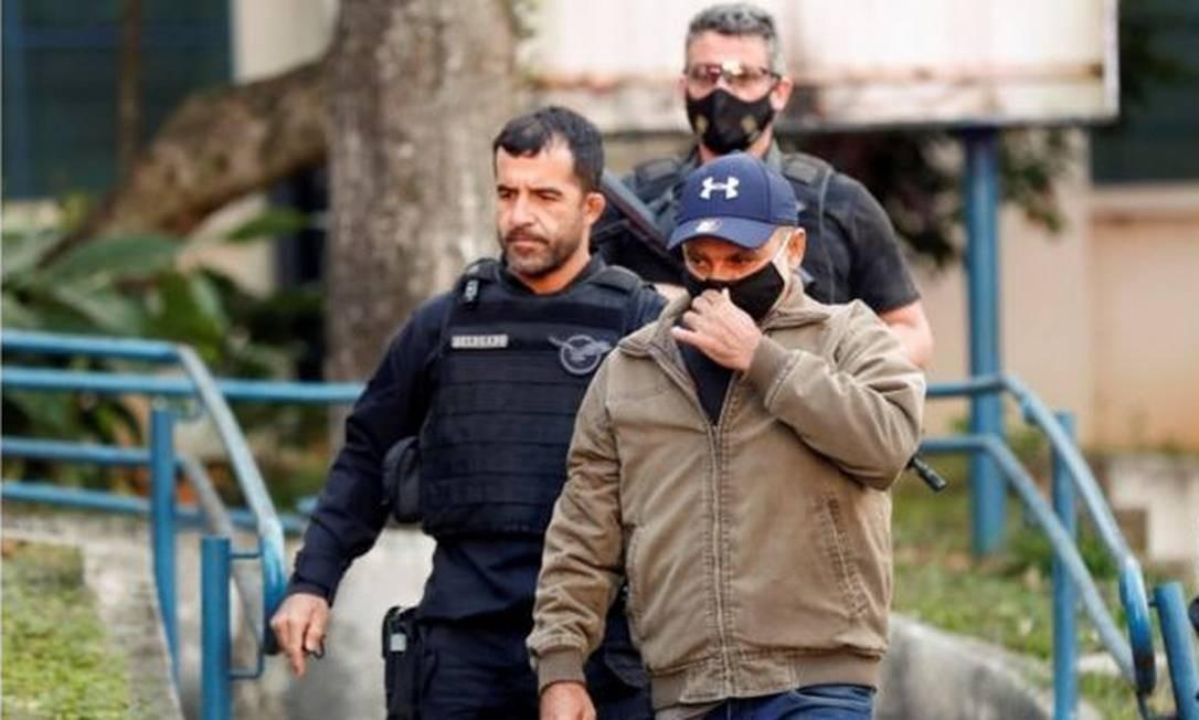 Queiroz conduzido à prisão em foto de junho; no mês seguinte, o ministro do STJ João Otávio de Noronha concedeu ao réu prisão domiciliar Foto: EPA