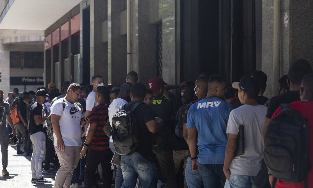 Fila para auxílio: Renda Brasil terá novas contrapartidas. Foto: Leo Martins / Agência O Globo