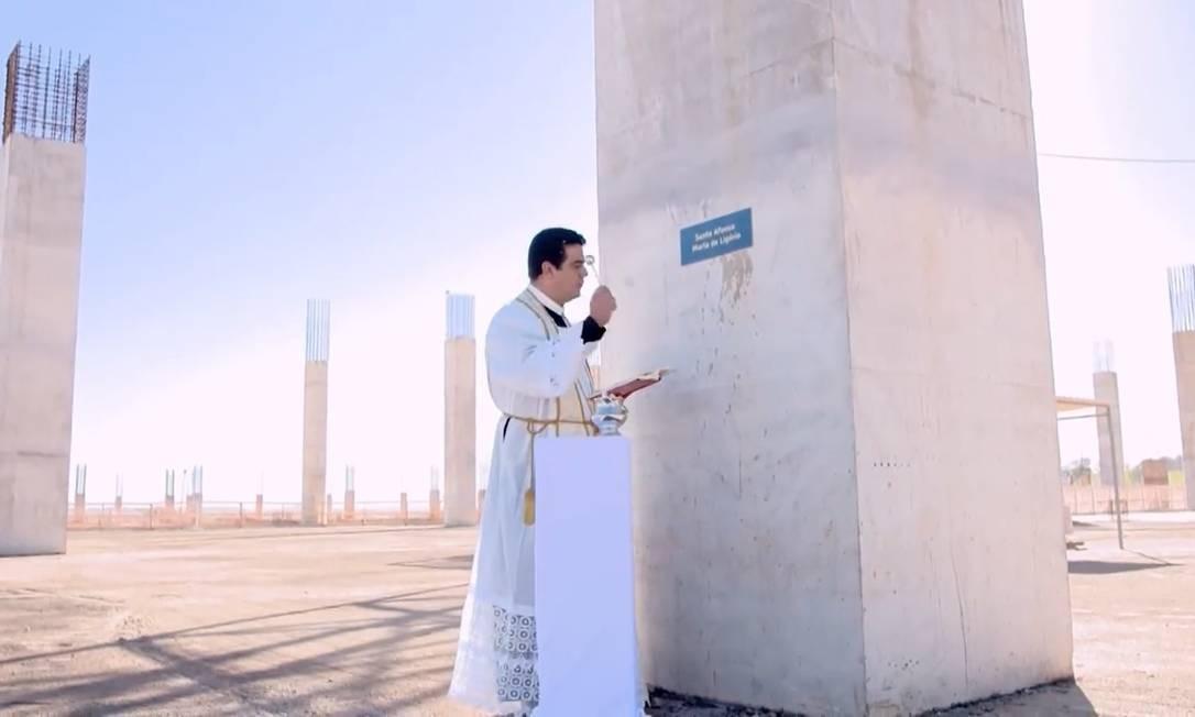 Padre Robson abençoa um pilar da nova basílica em construção há nove anos em Trindade, Goiás Foto: Reprodução