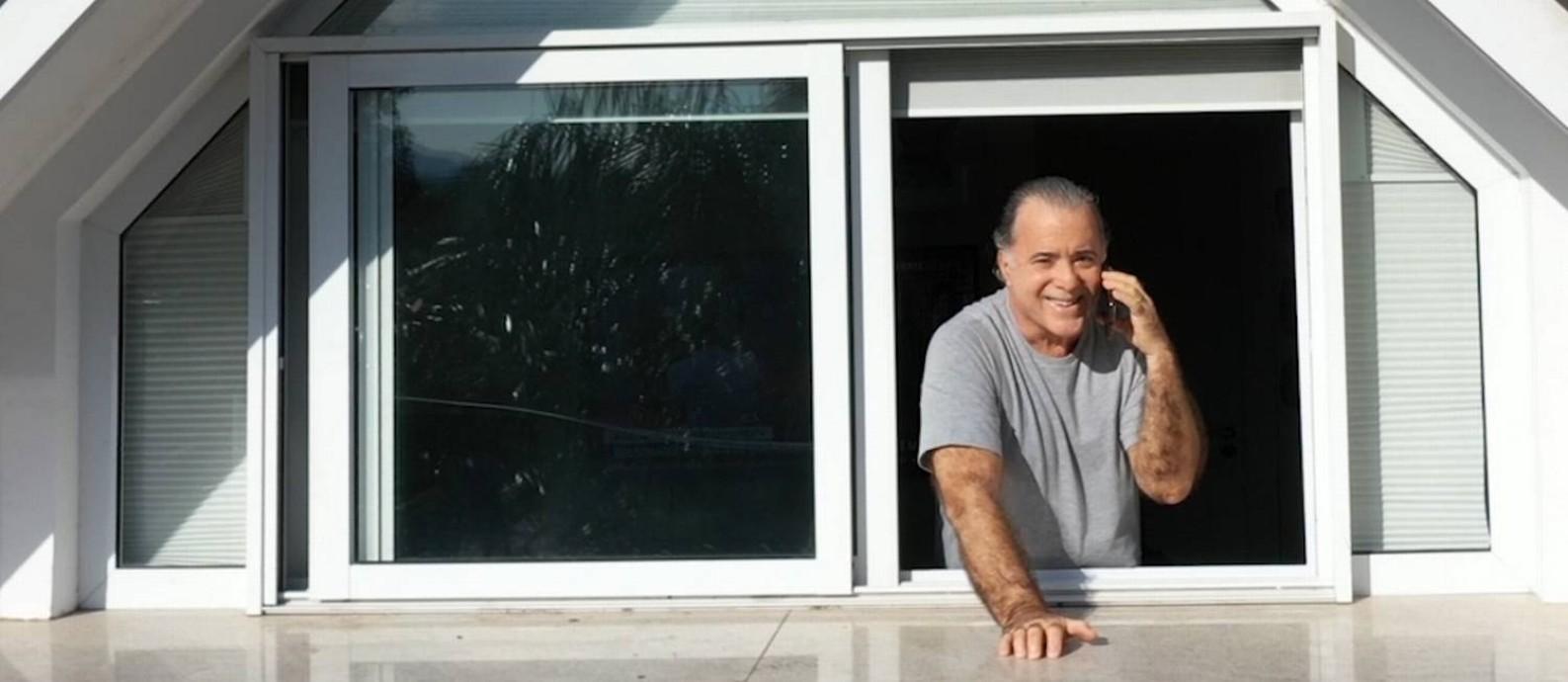 Tony Ramos na janela de seu escritório, em casa Foto: Gabriel Monteiro