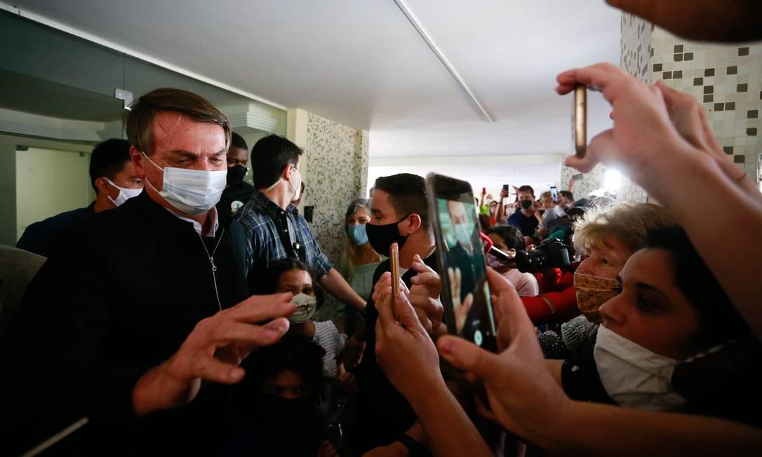 Bolsonaro interage com apoiadores durante passeio por Brasília: presença do presidente provocou aglomerações Foto: Pablo Jacob / Agência O Globo