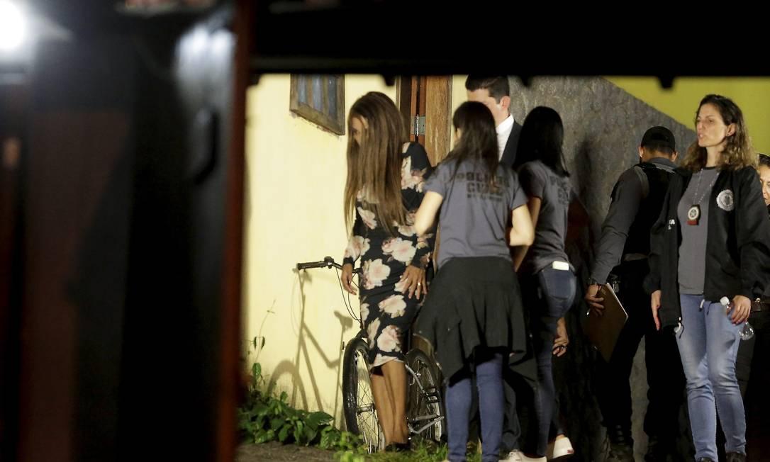 Flordelis e policiais durante a reconstituição do crime, realizada na madrugada 22 de setembro de 2019. Segundo a delegada, deputada deu declarações diferentes durante a reconstituição do crime Foto: Domingos Peixoto / Agência O Globo