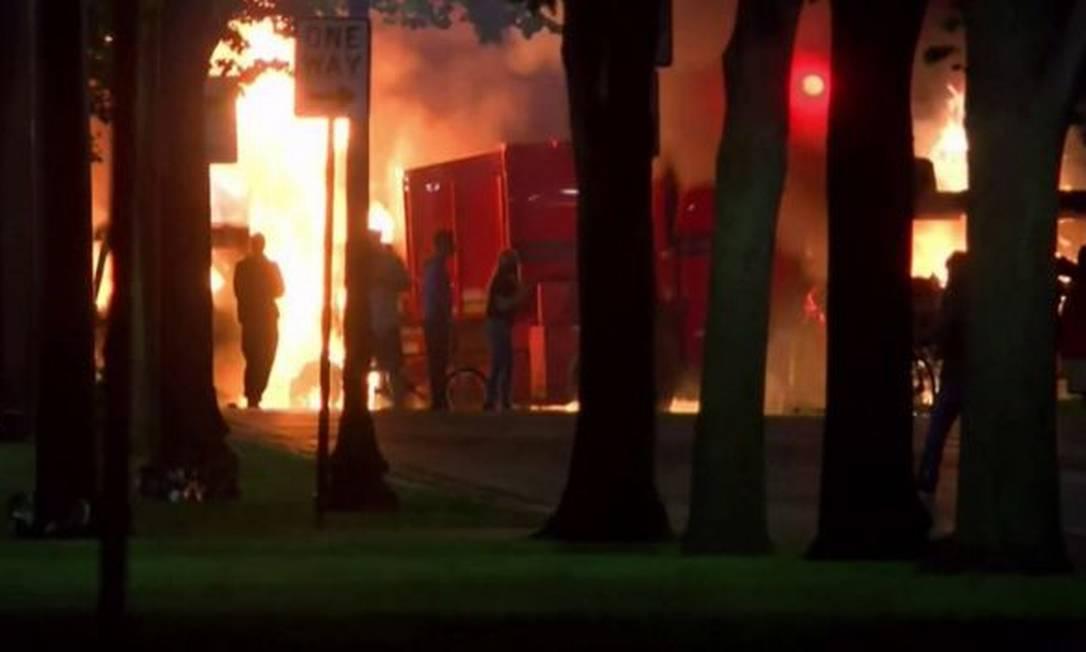 Manifestantes ateiam fogo durante protesto em Kenosha, em Wisconsin, após homem negro e desarmado ser baleado diversas vezes pela polícia, nos Estados Unidos Foto: Reuters