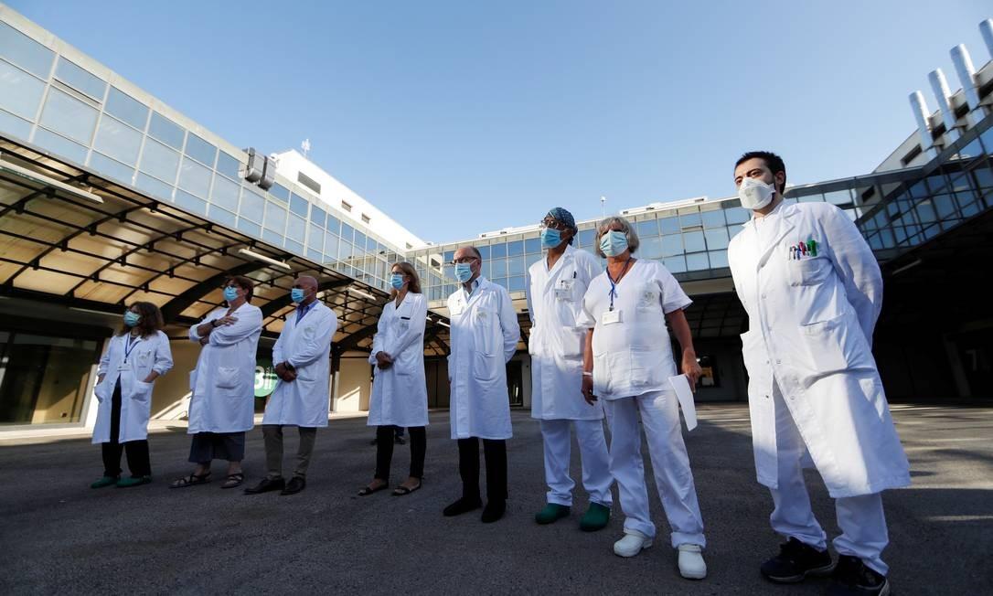 Médicos do Instituto Lazzaro Spallanzani nesta segunda-feira, dia em que iniciam os primeiros testes da vacina em humanos Foto: YARA NARDI / REUTERS