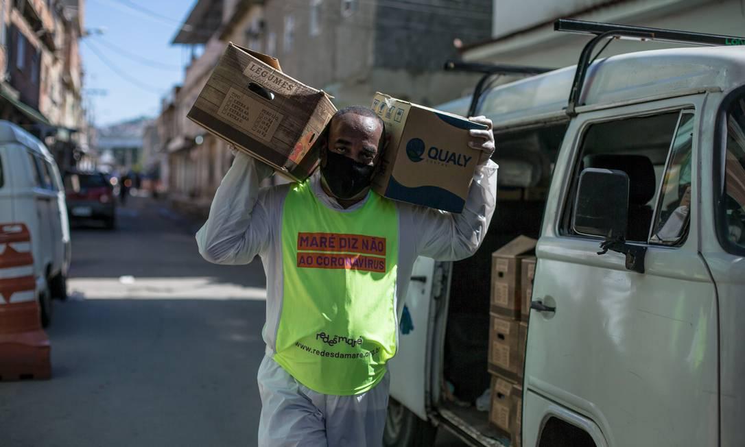 Uma das ações promovidas pela ONG Redes da Maré foi a distribuição de cestas básicas para famílias das comunidades do complexo Foto: Escola de Cinema Olhares da Mare / Douglas Lopes/Redes da Maré