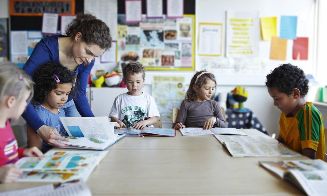 Alguns países começam a orientar crianças sobre educação sexual desde pequenas Foto: Klaus Vedfelt / Getty Images